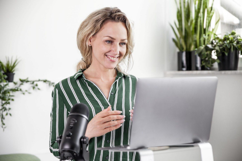 Camilla Grönbladh arbetar med en laptop.