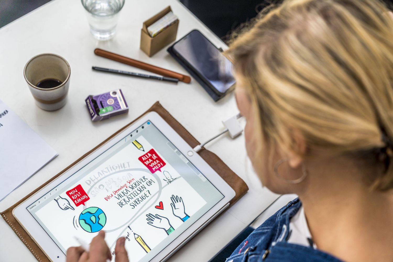 En flicka ritar i appen Procreate på en ipad.